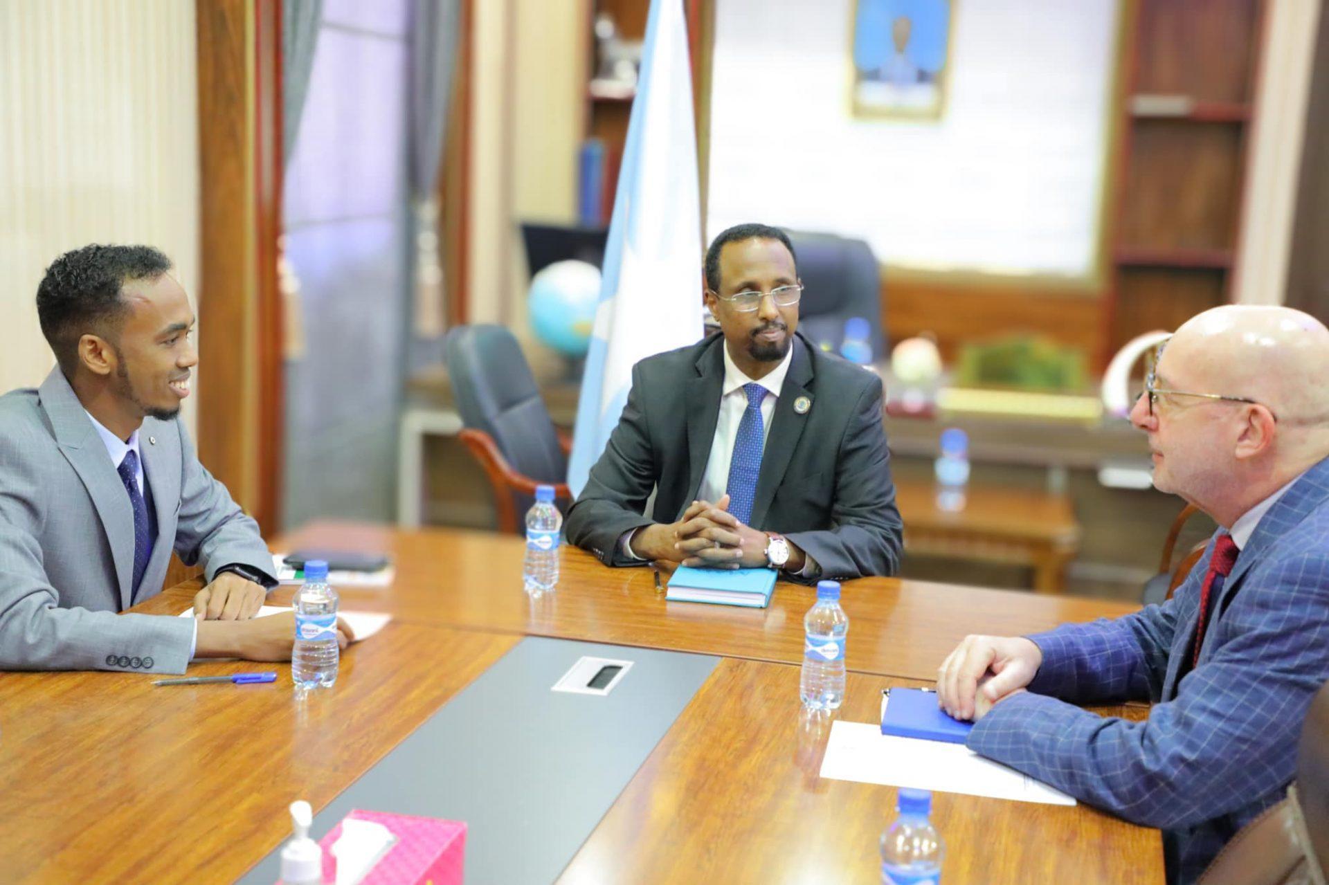 وزير العمل يستقبل مدير مكتب منظمة الهجرة الدولية في الصومال