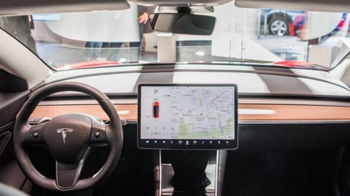 تسلا: شركة السيارات الكهربائية الرائدة تستخدم تقنية للتمكن من مراقبة مدى تنبّه السائق