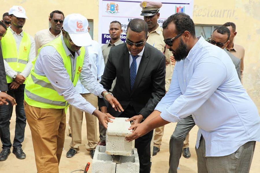 محافظ بنادر يضع الحجر الأساس لإعادة بناء مقر مديرية عبدالعزيز