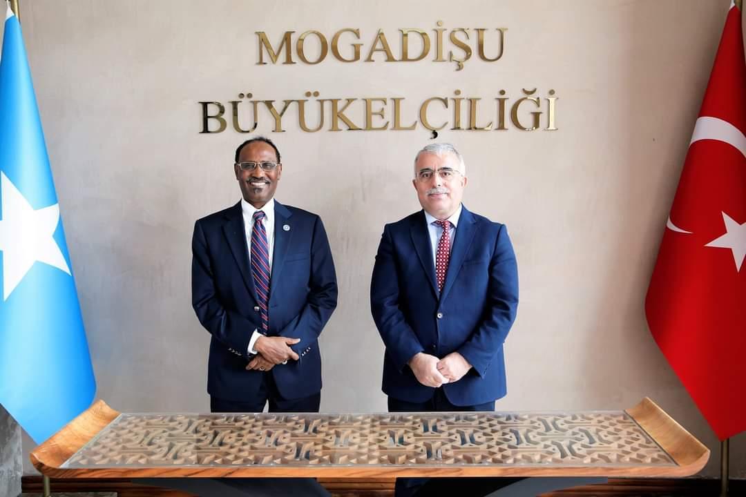 وزير المالية يجتمع مع سفير تركيا لدى البلاد