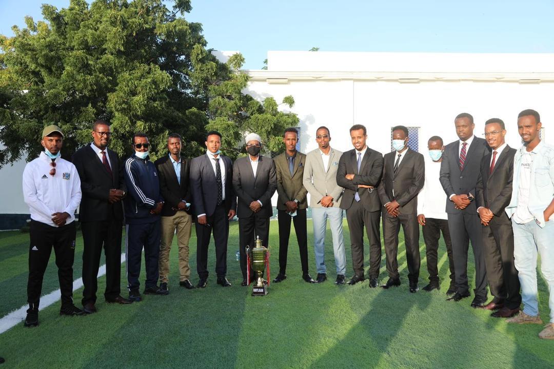 """رئيس الجمهورية يكرم فريق """"هايلان"""" الذي فاز بكأس ولايات بونتلاند"""