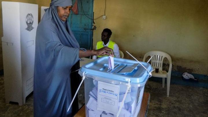 الصومال يستأنف تنظيم الانتخابات البرلمانية بعد توقف لأسابيع