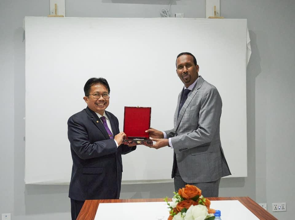 وزير التجارة والصناعة يلتقي بسفير جمهورية إندونيسيا في البلاد
