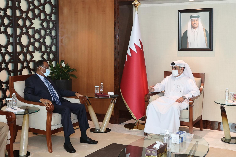 وزير المالية يلتقي وزير التجارة والصناعة والقائم بأعمال وزير المالية القطري