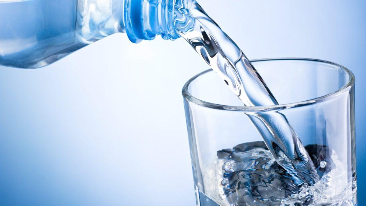 أضرار شرب الكثير من الماء عند الإفطار!