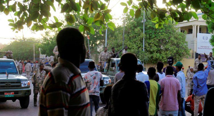 قيادات بشرق السودان تنفذ وقفة احتجاجية و تلوح بإسقاط الحكومة