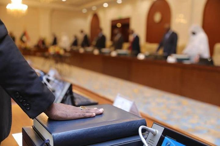 شاهد : وزراء الحكومة الجديدة يؤدون اليمين الدستورية