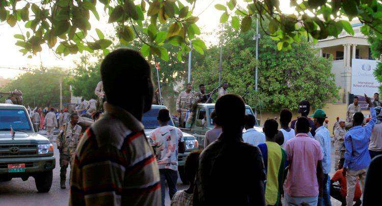العاملون ببنك النيلين ينفذون وقفة احتجاجية للمطالبة بتنفيذ زيادة مرتباتهم