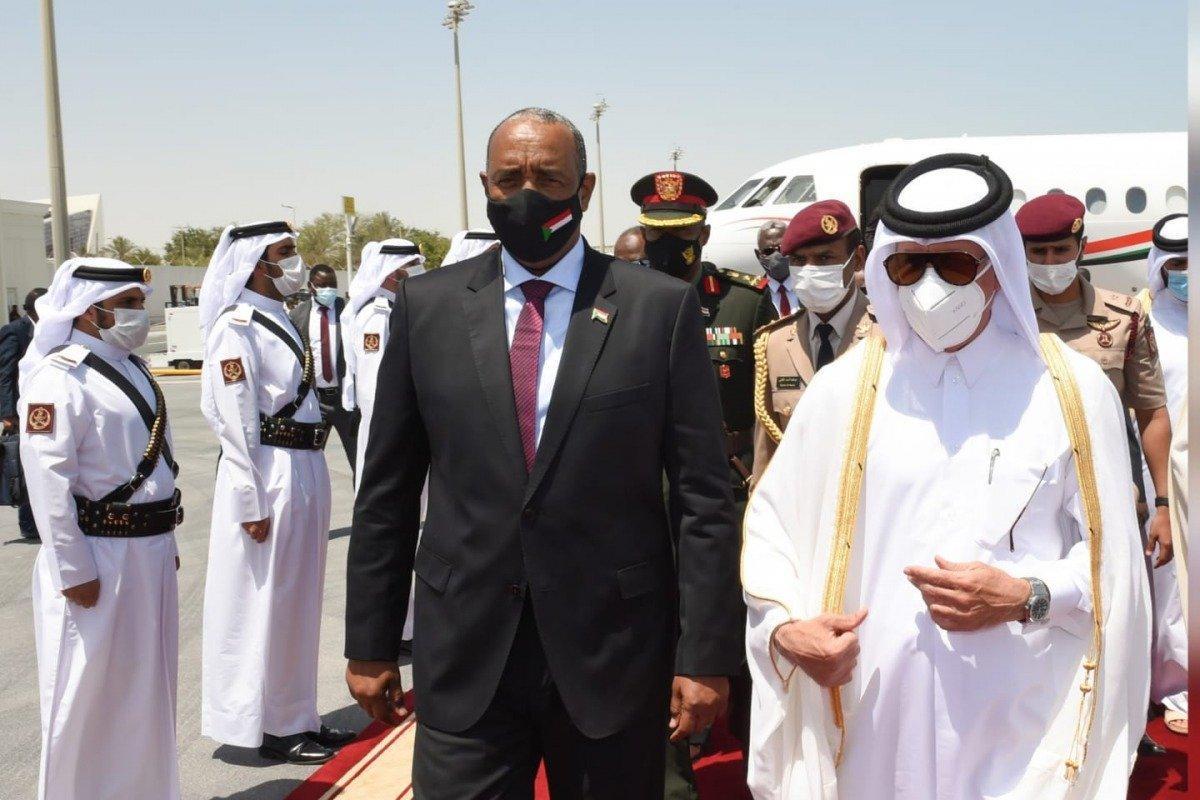 البرهان يصل الدوحة ووزير يستقبله بالمطار ويلتقي أمير قطر غد
