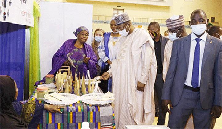 Visite du Premier ministre au Salon 100% ''made in Niger'' et à la campagne ''Consommer local'' : «Je suis très content de constater que l'industrie agroalimentaire nigérienne progresse», a dit Ouhoumoudou Mahamadou