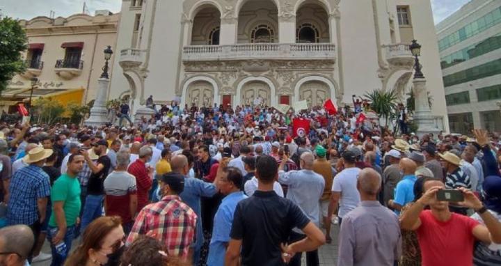 وقفة احتجاجية رافضة لقرارات الرئيس التونسي... صور