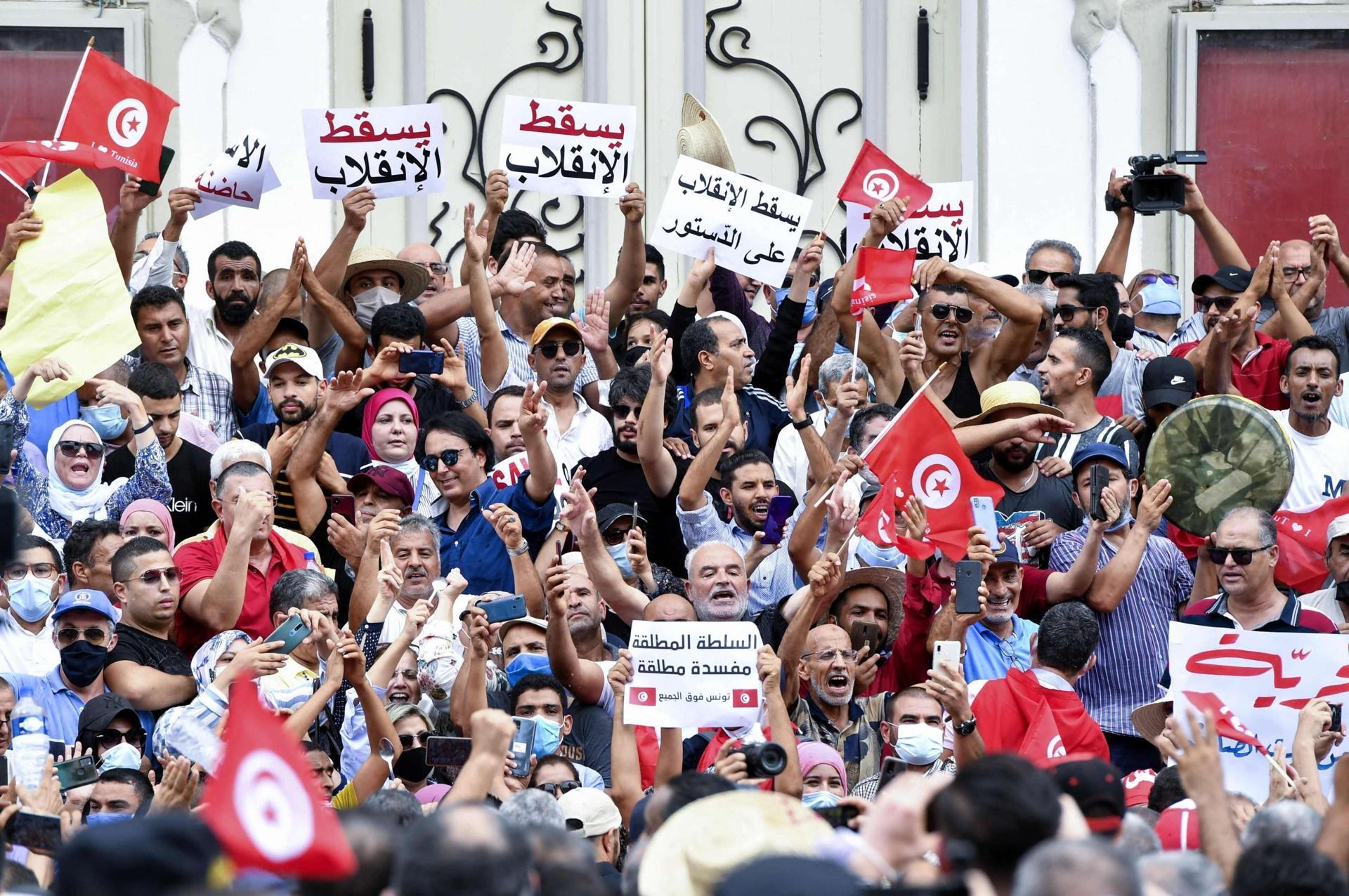 """""""الديمقراطية تستردّ أنفاسها"""".. هل بدأ الرئيس قيس سعيد بخسارة الشارع التونسي؟"""