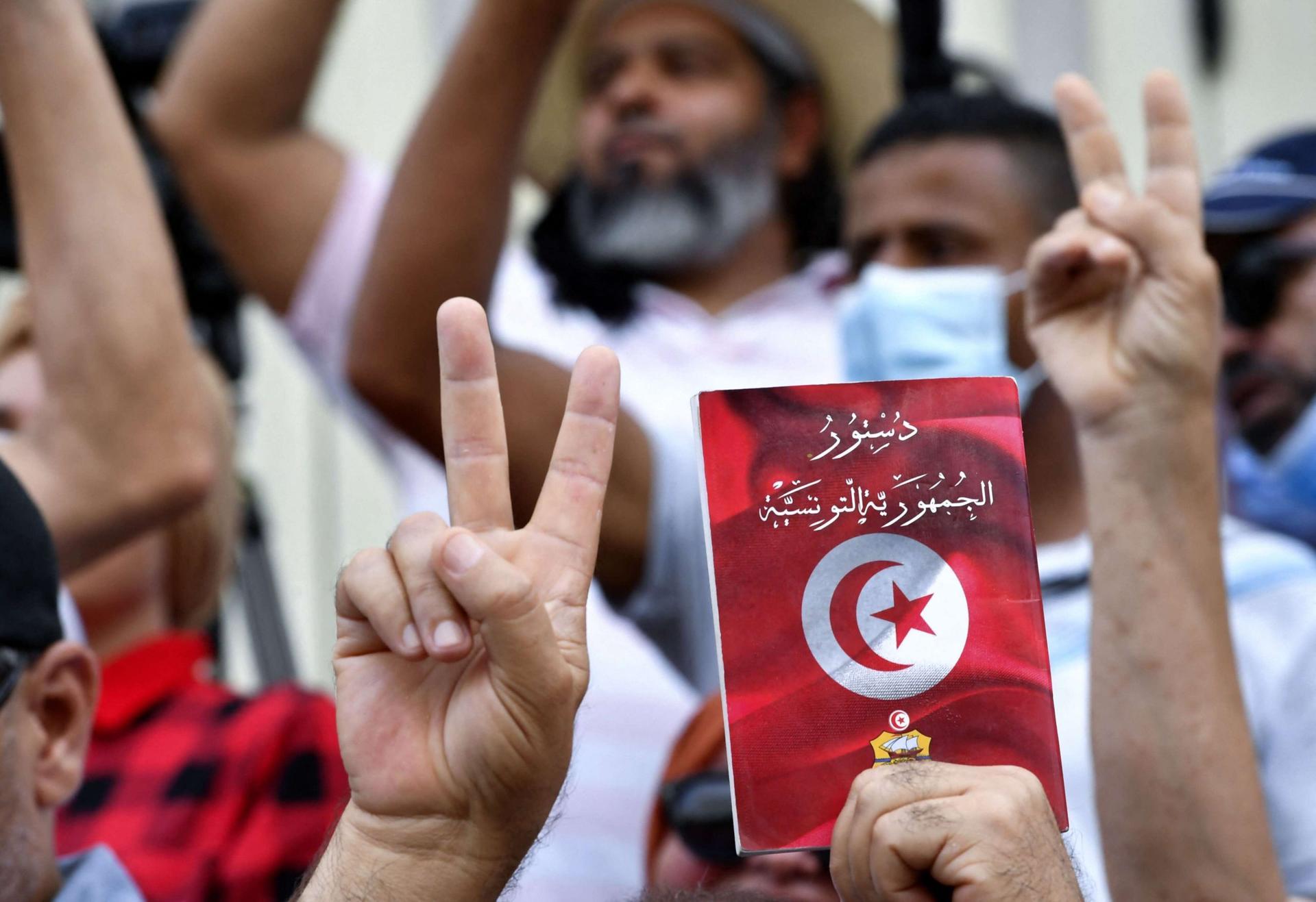 """تونس بين """"تكفير"""" قيس سعيّد و""""حرقه"""" للدستور"""