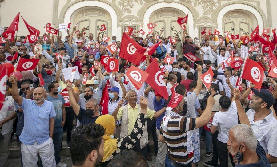 تونس: مؤيدو الرئيس ومعارضوه يقتسمون شارع الثورة… وانتقادات لرجال دين «كفّروا» سعيّد
