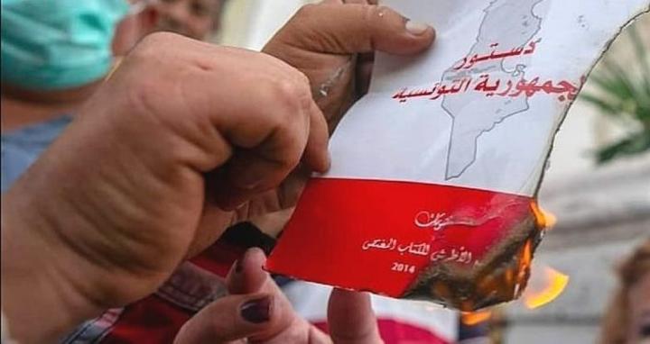 هل أصبحت حرية التعبير في تونس مهددة بعد غلق قناة ومحاكمة إعلاميين عسكريا؟
