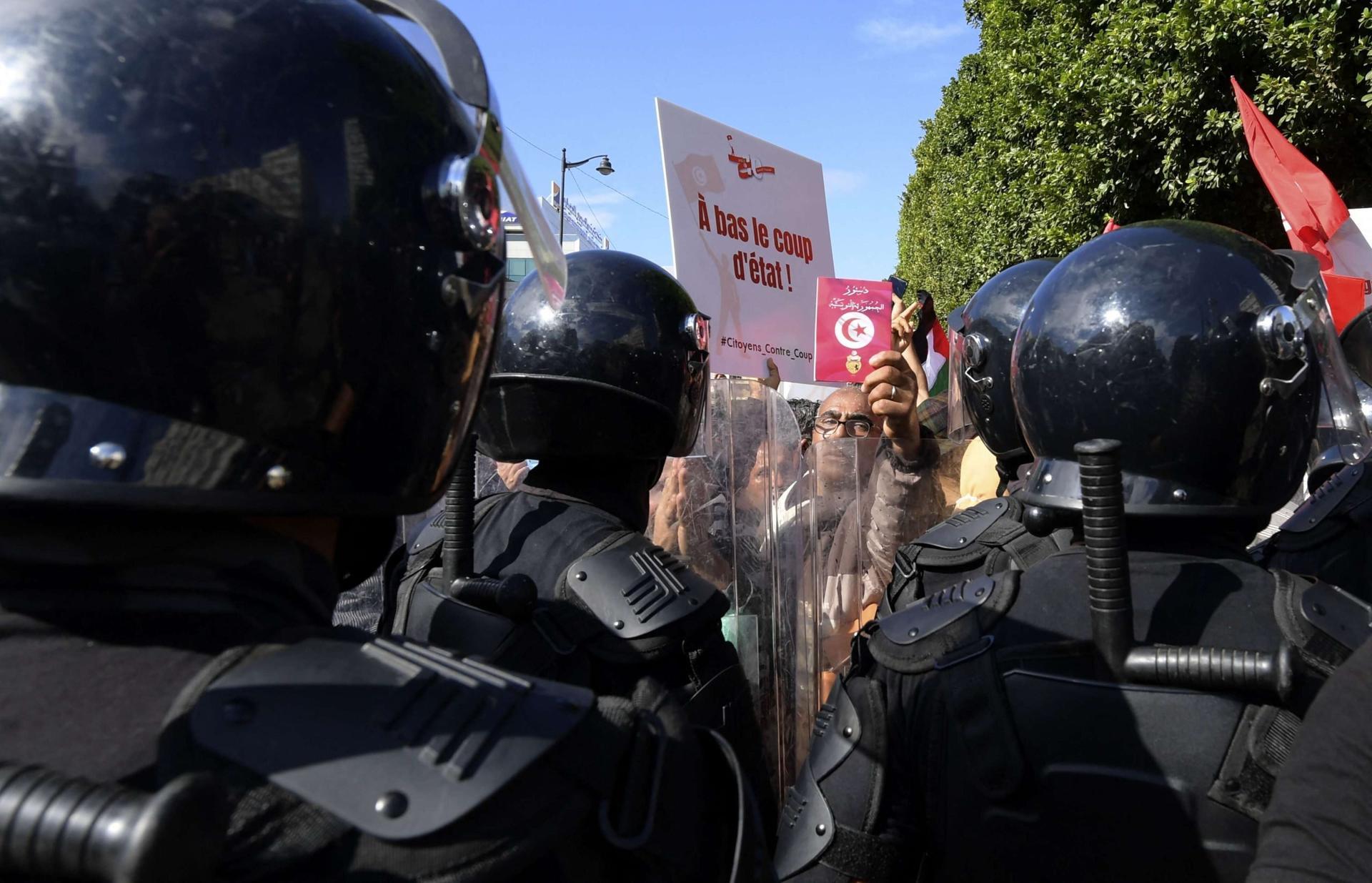 """تونس.. وقفة تدعو لإطلاق ناشط طلابي """"اعتقل"""" باحتجاج مناهض للرئيس"""