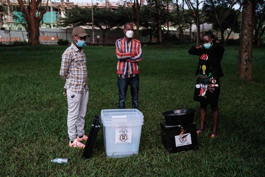 Ugandans vote in tense election after violent campaign